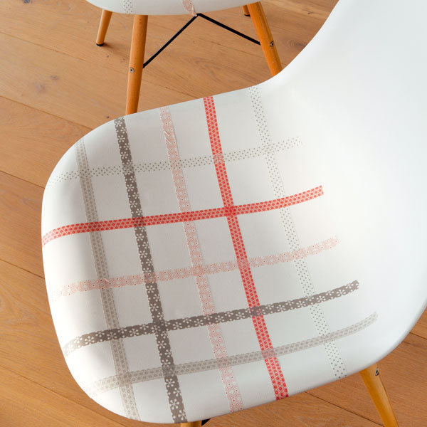 Nové farby na starý nábytok  Aj bielym jedálenským stoličkám môže prospieť trocha farby. Jednofarebná komoda zas ožije napríklad vďaka obdĺžnikom z pestrých stužiek, ktoré olemujú jej zásuvky, alebo zásluhou abstraktnej kompozície zfarebne zladených pásov.
