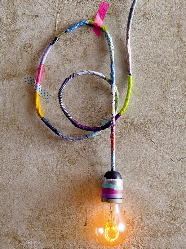 Originálna lampa za pár drobných  Načo kupovať tienidlo, keď tvar žiarovky je priam kultový? Na jednofarebnej stene lampa skvelo vynikne vďaka elektrickej šnúre a objímke, omotanej páskami washi vrozličných farbách. Za pár centov tak budete mať dizajnovú ozdobu nekonvenčného interiéru.