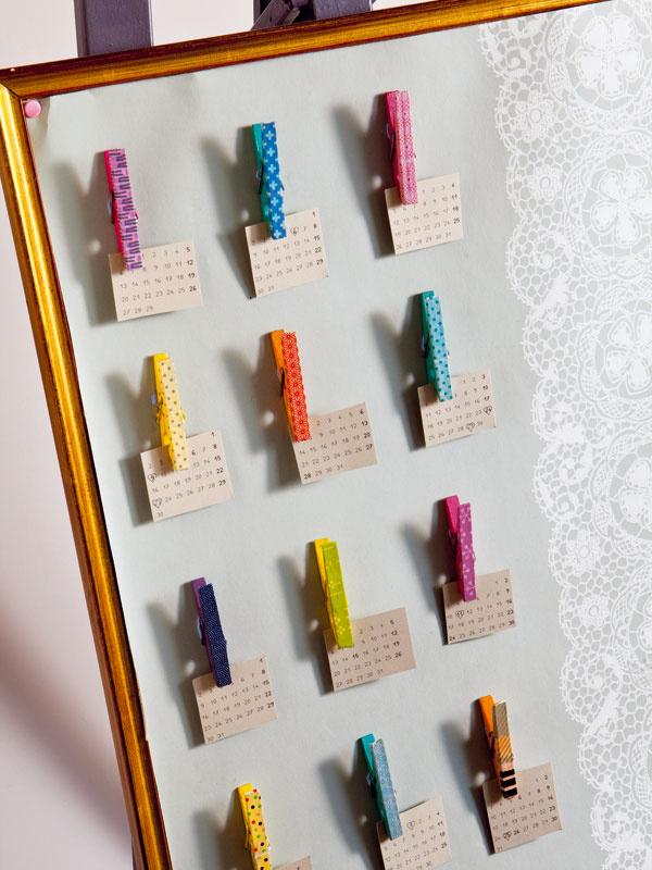 """Nápaditý odkazovač  Drevené štipce na bielizeň namaľujte a prilepte ich napríklad na korkovú nástenku alebo na jednoduchý obrázok, ktorý zavesíte vpredsieni (prípadne ho môžete nechať opretý na maliarskom stojane). Štipce polepte vzorovanými páskami washi amáte skvelé miesto na odkazy, nákupné zoznamy, nezaplatené šeky aďalšie """"písomnosti""""."""
