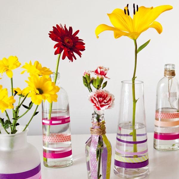 Z obyčajného neobyčajné   Obyčajné fľaše sa môžu vďaka páskam washi zmeniť na veselé vázy ajednofarebné sklené svietniky získajú oživujúce vzory. Keď si pozvete na obed priateľov, dekorácie z pásky washi vrovnakom duchu na prestieraní či príboroch dodajú udalosti celkom inú atmosféru.