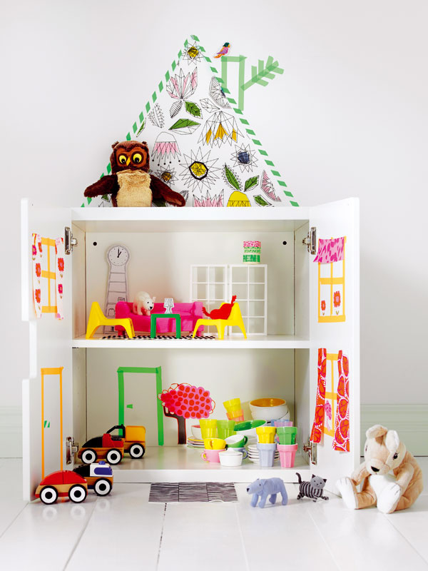 """1 Vytvoriť domček pre bábiky, autá či zvieratká si nevyžaduje ani veľa kumštu, ani peňazí. Pri troche predstavivosti, ktorej majú drobci skutočne požehnane, sa police môžu zmeniť na poschodový interiér so všetkým, čo knemu patrí – kuchyňou, spálňou, obývačkou… Šikovní malí """"tesári"""" si nábytok vyrobia hoci aj ztvrdého papiera. Výhodou takéhoto """"skrinkodomčeka"""" je, že keď sa zatvorí, je zneho nenápadná skrinka, samozrejme, ak jej dvierka zvonku neoblepíte veselou tapetou."""