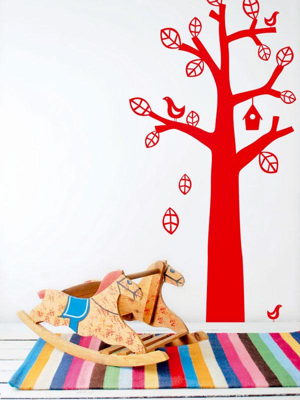 2 Ak si nie ste istí farbou stien alebo peňaženka nedovoľuje investovať do tapety, prečo nevyskúšať farebné nálepky na stenu? Sú lacné aľahko sa lepia. Nič nepokazíte ani pásikavým kobercom. Zvyšok ponechajte na hračky adetskú fantáziu. Doplnky sa menia ľahšie, ako maľuje celá izba.