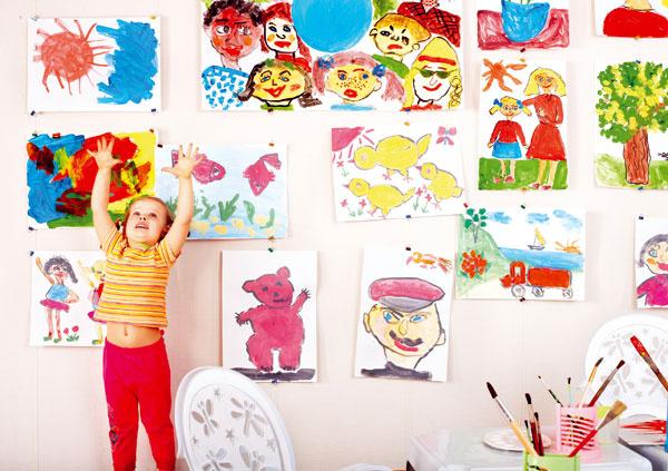 """4 Uniformnosť typu """"pre dievčatko ružová apre chlapčeka modrá"""" dávno neplatí. Pestrosť sa ráta. Ak ste dorástli do minimalistického videnia interiérového zariadenia aneviete si dať rady, aké farby použiť vdetskej izbe, pozrite sa na kresby svojich detí. Aká farba prevažuje, aký vzor či motív malý maliar kreslí najčastejšie? Zvydarených kúskov si urobte výstavu hoci aj vobývačke alebo na chodbe."""