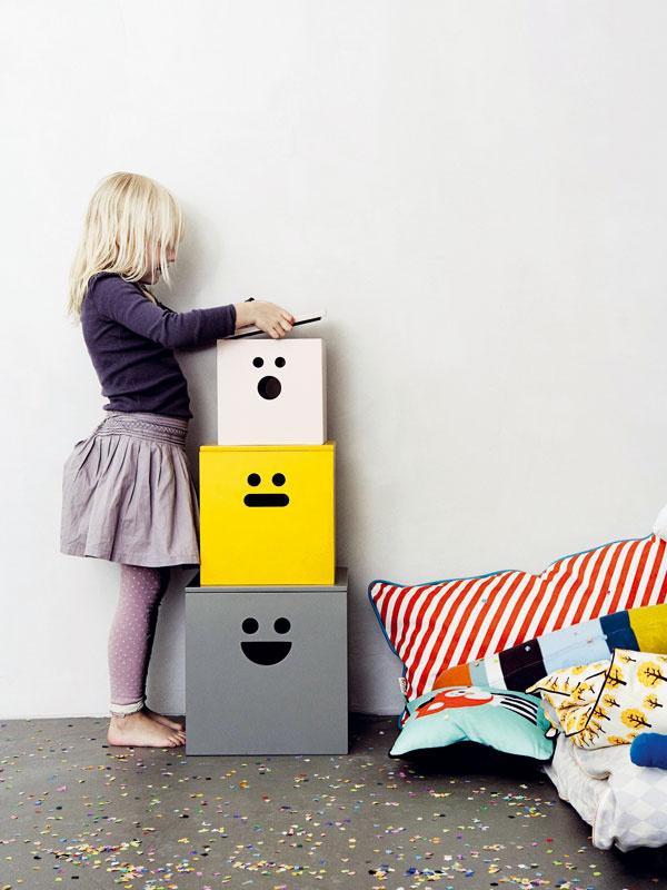 5 Poriadok musí byť, teda aspoň občas. A aj detské poklady treba niekam zašiť pred zrakmi dospelákov. Škatule ztvrdého papiera oblepte tapetou, baliacim papierom alebo látkou a otvory na bokoch upravte do požadovanej grimasy.