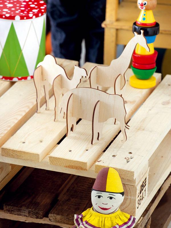7 Sdrevenými hračkami sa deti hrávali, hrajú sa abudú sa hrať. Jednoduché skladacie zvieratká podporia motoriku detí arozvíjajú ich vedomosti. Správne nohy ksprávnemu telu. Takéto hračky možno vyrobiť napríklad ztvrdého lepenkového papiera. Vzory zvierat nájdete na internete alebo v knižke, tí nadanejší si ich môžu nakresliť apotom už treba len vystrihovať. Tým sa zábava nekončí. Spolu sdeťmi ich môžete aj pomaľovať. Akeď potom zlepíte správne kusy, zoo je hotová.