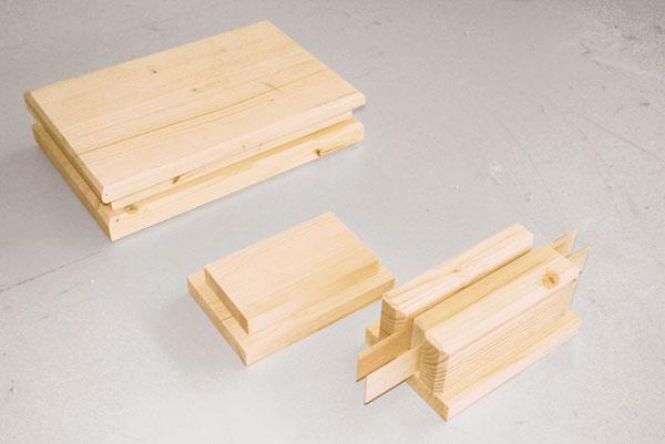 Zvoľte si tvar podstavca, vyrežte si jednotlivé kúsky zo smrekového dreva, spojte ich lepidlom na drevo a nechajte poriadne zaschnúť.