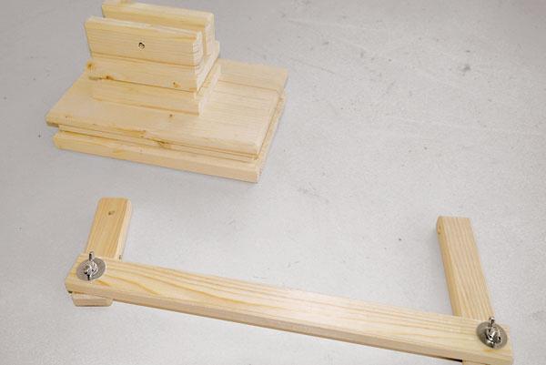Zvoľte si dĺžku ramien, vyrežte ich z dreva a pospájajte na koncoch k sebe vratovými skutkami. Medzi jednotlivé diely vložte vejárové podložky a pevne ich dotiahnite krídlovou maticou.