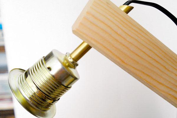 Flexošnúru pretiahnite cez rúrky a zapojte ju do objímky. Vyrobené alebo kúpené tienidlo upevnite krúžkom, ktorý je súčasťou objímky, k objímke a namontujte žiarovku.