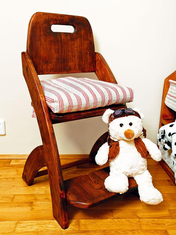 Oblinky. V detskej izbe sú dôležitejšie než kdekoľvek inde. Stoličky sú preto zaoblené na každom mieste. Aby sa deťom na ne lepšie sadalo, vyrobili sme ich aj s nástupným schodíkom.