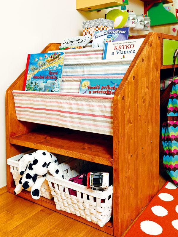 Drevené zakladače nad stolíkom poslúžia ako poličky. Dajte si trošku námahy a pre svoje ratolesti ich namaľujte. Budú krajšie, svietivejšie a hlavne detskejšie.
