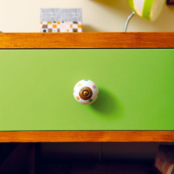 Aj drobnými farebnými detailmi možno oživiť nábytok.