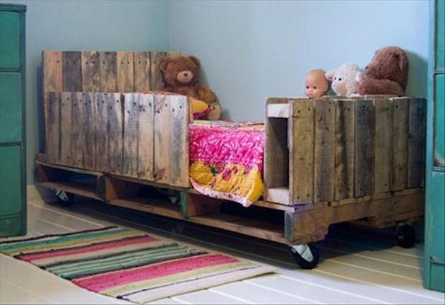 Každé dieťa ocení nevšednú posteľ v detskej izbe. Táto z paliet ponúka okrem svojej neobyčajnosti aj bezpečné zábrany pred pádom.