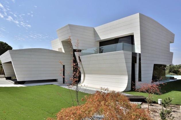 Kreatívny moderný dom zaujme futuristickým dizajnom