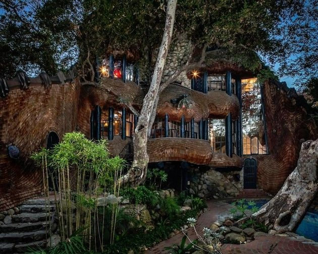 Dom z prírodných materiálov, ktorý vyzerá priam rozprávkovo