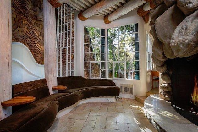 Nájdete tu zmes hrubých kamenných stien, výrazné drevené obloženie a nápadito riešené stropy izieb.