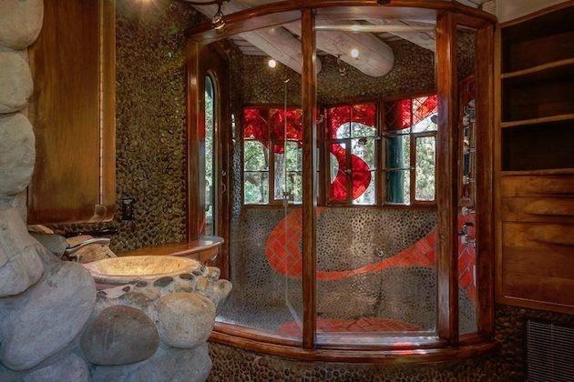 Kúpeľňa sa nesie v podobnom štýle ako zvyšok domu, čo podčiarkuje aj nezvyčajný sprchovací kút.