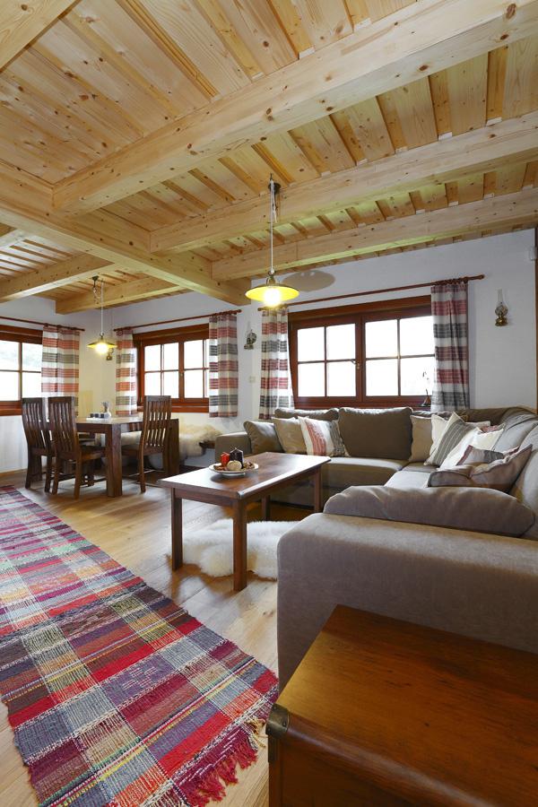 Interiéru prízemia dominuje všadeprítomné drevo, najmä na klasickom tesárskom drevenom trámovom strope.