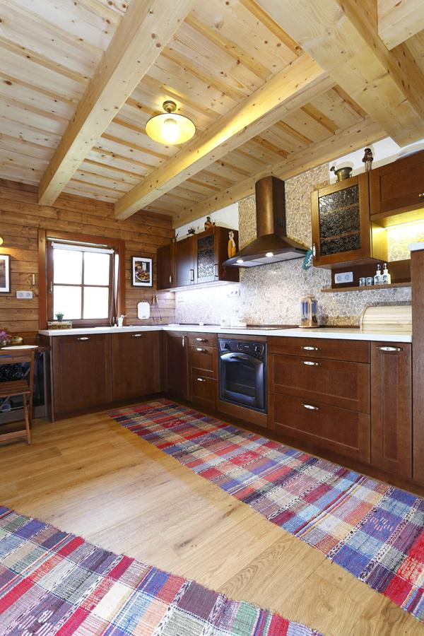 Kuchyňa je súčasťou otvoreného priestoru prízemia a je vyrobená na mieru. Hlavnou požiadavkou majiteľov bola vzdušnosť a náznak tradičnosti, najmä v detailoch.