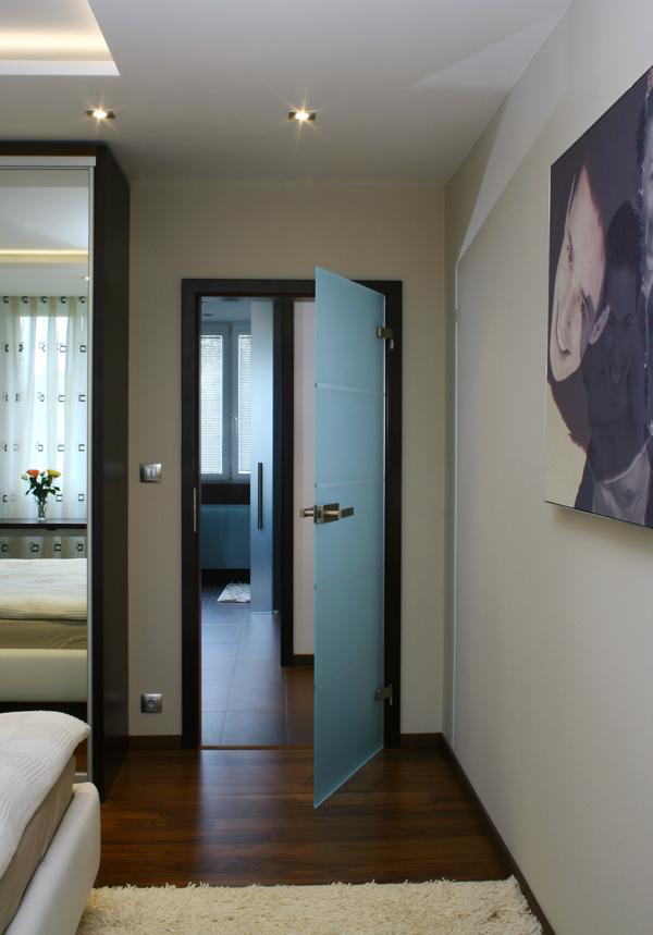 Sklenými dverami preniká do predsiene denné svetlo zo spálne aj z kúpeľne, čo navodí hneď pri vstupe do bytu pocit vzdušnosti a príjemného presvetlenia.