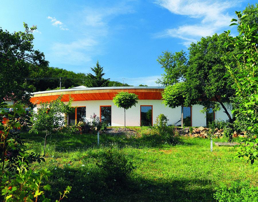 Rodinný dom Vejár navrhlo brnianske architektonické štúdio Vize Ateliér, s. r. o., tak, aby poskytol pohodlné bývanie štvorčlennej rodine a dosiahol parametre pasívnej stavby.