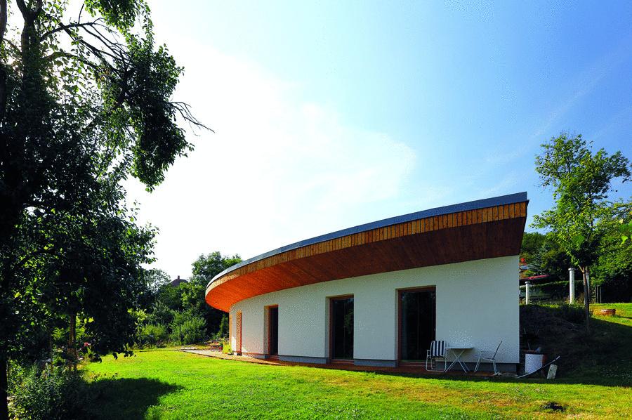 Prízemná masívna stavba s podlahovou plochou 134 m2 a plochou zatrávnenou strechou je čiastočne zapustená do terénu.