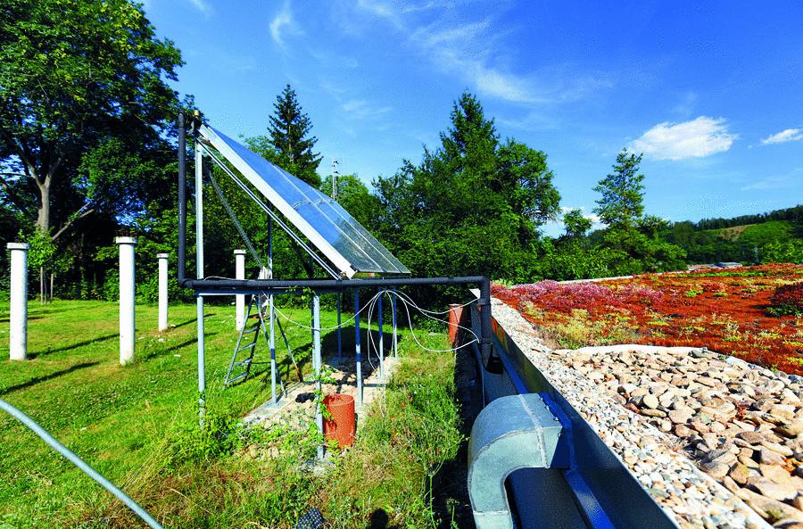 Zdrojom tepla na vykurovanie a ohrev vody sú solárne kolektory, ktoré ohrievajú vodu v akumulačnej nádrži, v prípade potreby ich dopĺňa elektrická špirála. Teplo sa do interiéru odovzdáva podlahou. Vďaka umiestneniu rozvodov podlahového vykurovania v masívnej základovej doske z betónu s veľkou tepelnoizolačnou schopnosťou (využíva sa tu tzv. aktivácia betónového jadra) stačí v tomto systéme ohriať vodu na 30 °C.