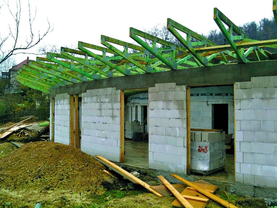 Dvojplášťová plochá strecha s prevetrávanou vzduchovou medzerou má konštrukciu z drevených priehradových väzníkov. Fúkaná celulózová izolácia bola optimálnou voľbou jednak pre komplikovaný tvar vnútorného priestoru, jednak z hľadiska svojich vlastností a pôsobenia v difúzne otvorenej konštrukcii. Je tiež menej rizikovým materiálom – rovnako ako drevo, aj celulóza má totiž prirodzenú schopnosť pohlcovať vlhkosť. Ak by sa teda dostala do konštrukcie voda, rozptýli ju do veľkej plochy a nenastane lokálna degradácia tepelnej izolácie.