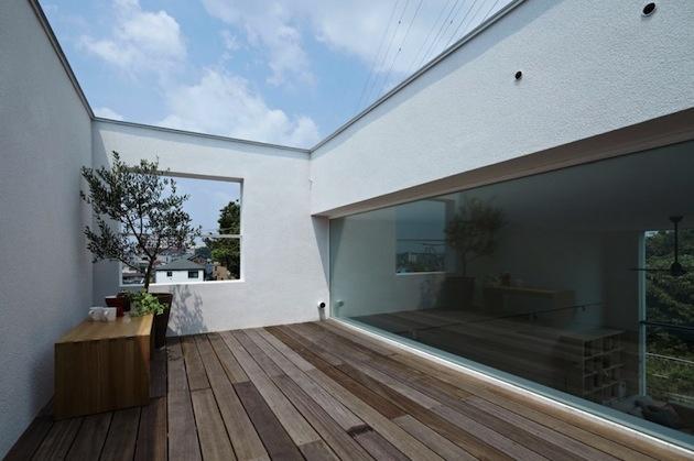 ... a sme na vrchole domáceho kopca. Strešný balkón neostáva estetickému ladeniu celého domu nič dlžný, poskytuje súkromie, vánok aj kúsok vlastnej zelene.