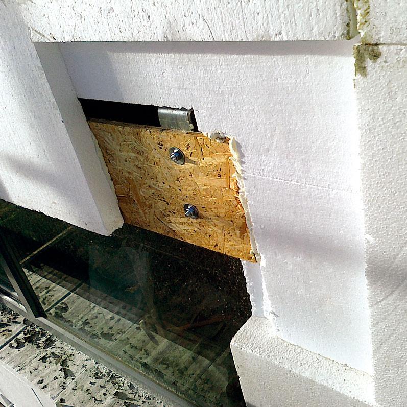 Všetky nepriehľadné obvodové konštrukcie pasívneho domu by mali byť izolované tak, aby bol ich súčiniteľ prechodu tepla U < 0,15 W/(m2 . K). Dom preto zateplili celoplošne lepeným fasádnym polystyrénom EPS 70F s hrúbkou 300 mm. Tepelnú izoláciu majitelia odporúčajú iba lepiť bez dodatočného ukotvenia fasádnymi kotvami. Tie totiž pôsobia ako bodové tepelné mosty.