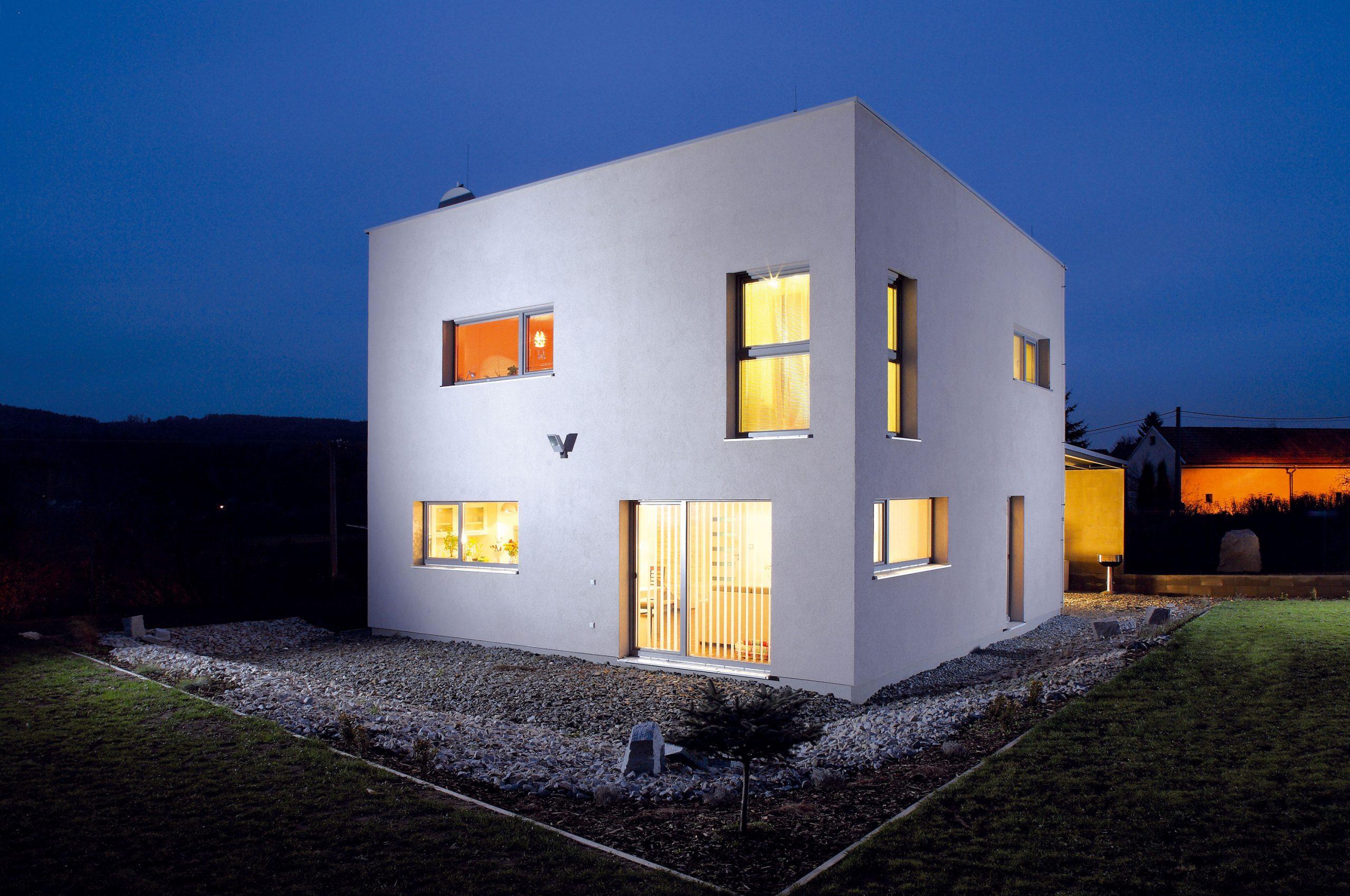 Pre stavbu pasívneho domu nemal pozemok práve najvhodnejšiu orientáciu. Stýmto problémom si však Luboš poradil.