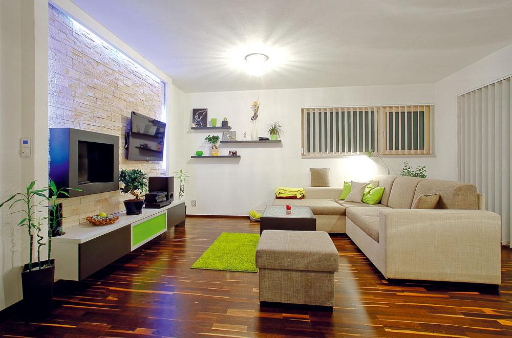 Priestor obývacej izby doplňuje sadrokartónová nika obložená kameňom. Majitelia do nej umiestnili TV, nepriame osvetlenie a bioliehový kozub, ktorý vytvára príjemnú atmosféru.