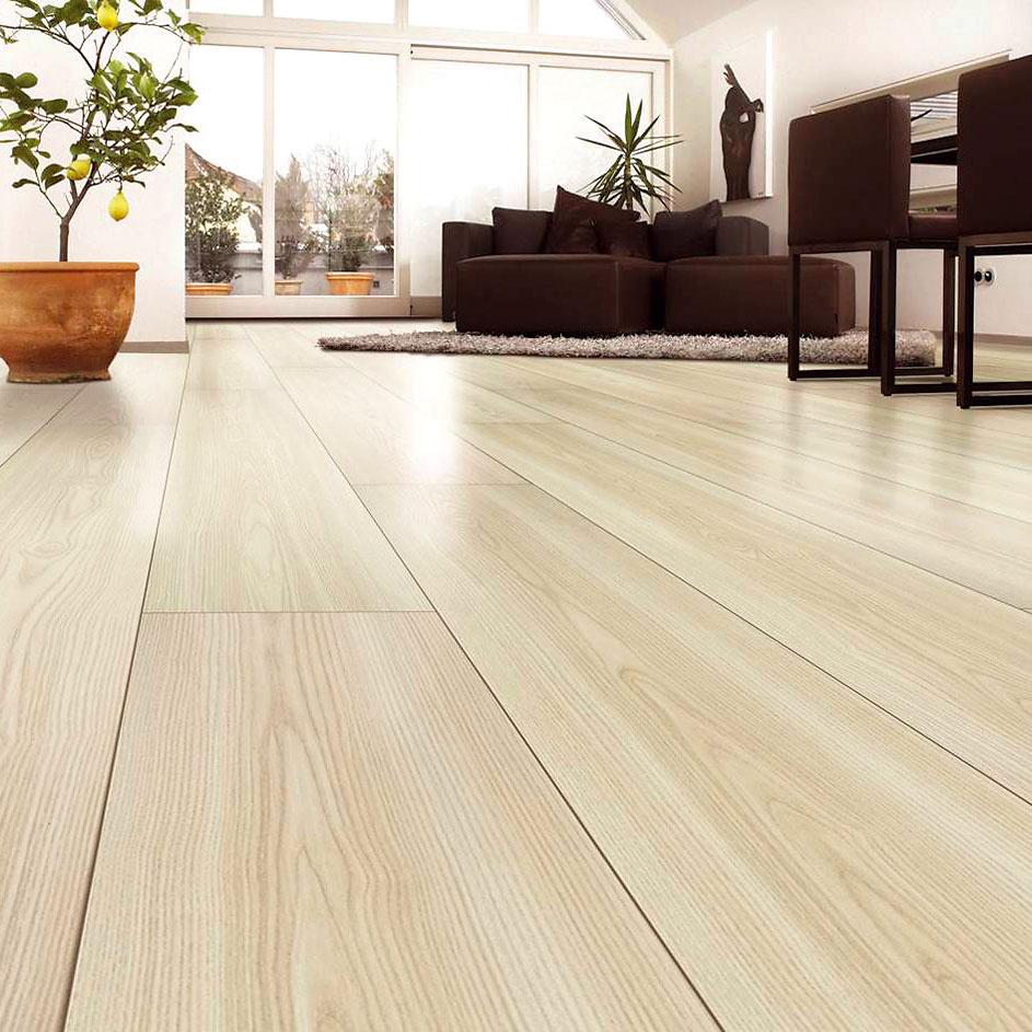 Trendová laminátová podlaha je na nerozoznanie od drevenej, ato aj na dotyk. Technológia výroby takejto podlahy je založená na synchronizácii povrchovej štruktúry spríslušným dekorom dreva. Amala by vyzerať ako palubovka –  bez priečnych škár. (foto: Kaeindl, dekor jaseň, predáva Magnet Trade.)