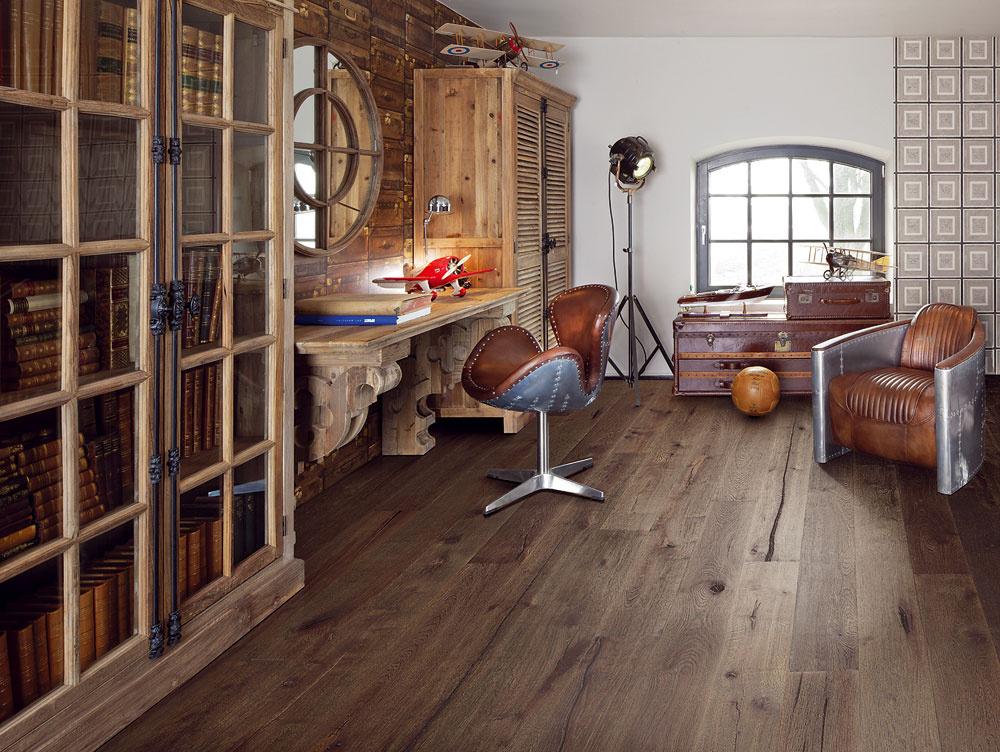 Trendom je rustikálny vzhľad podlahy vrôznych odtieňoch sletokruhmi, škárami aďalšími priznanými nedokonalosťami, ktoré potvrdzujú autenticitu dreva. (foto: Kährs, dekor: dub Ulf, zkolekcie Swedish founders, predáva KPP.)