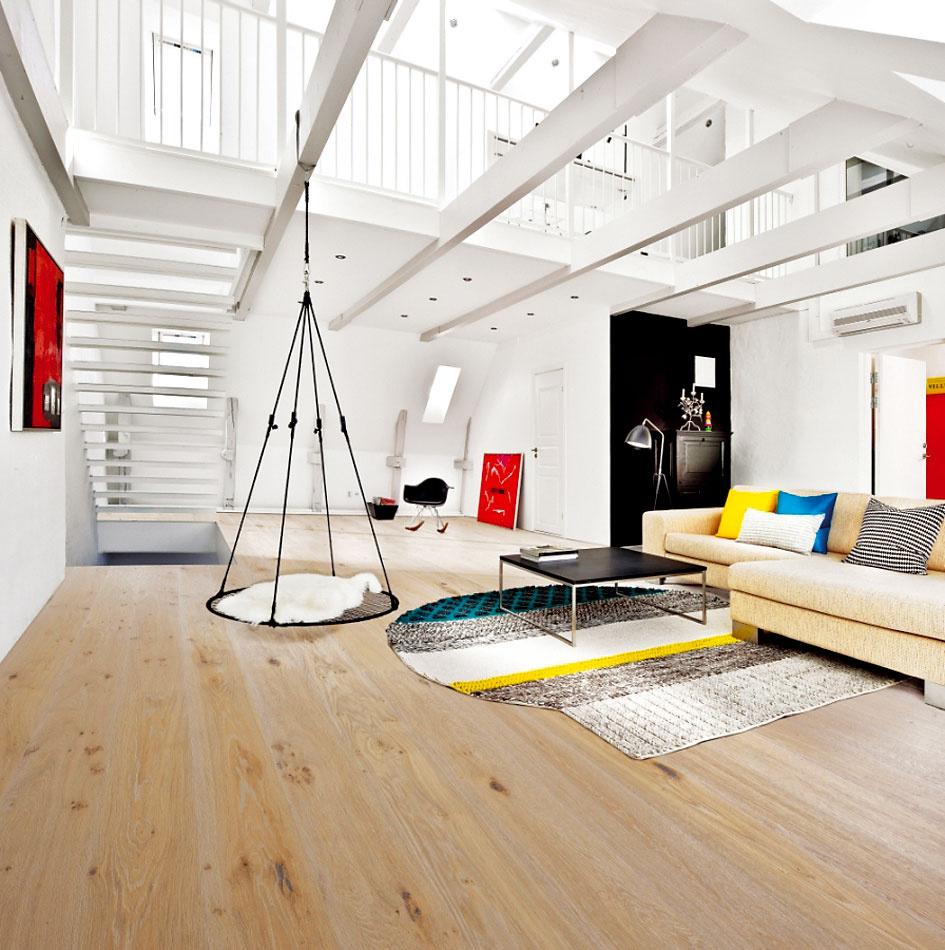 Netreba sa báť kombinácie svetlého dreva na podlahe sbielym interiérom, podporíte tým pocit jednoduchosti avzdušnosti celého konceptu. (foto: Kährs, dekor: dub Valois zkolekcie Heritage, predáva KPP.)