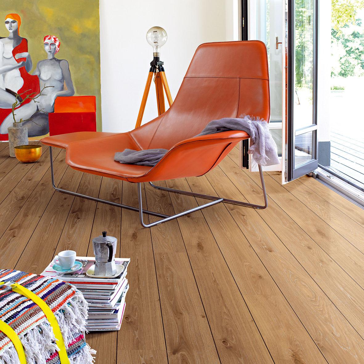Trendom sú jednolamelové laminátové podlahy, ktoré pripomínajú jednoduchú fošňovú podlahu alebo palubovku. (foto: Parador, dekor: dub tmavý sV-drážkou, predáva Koratex.)