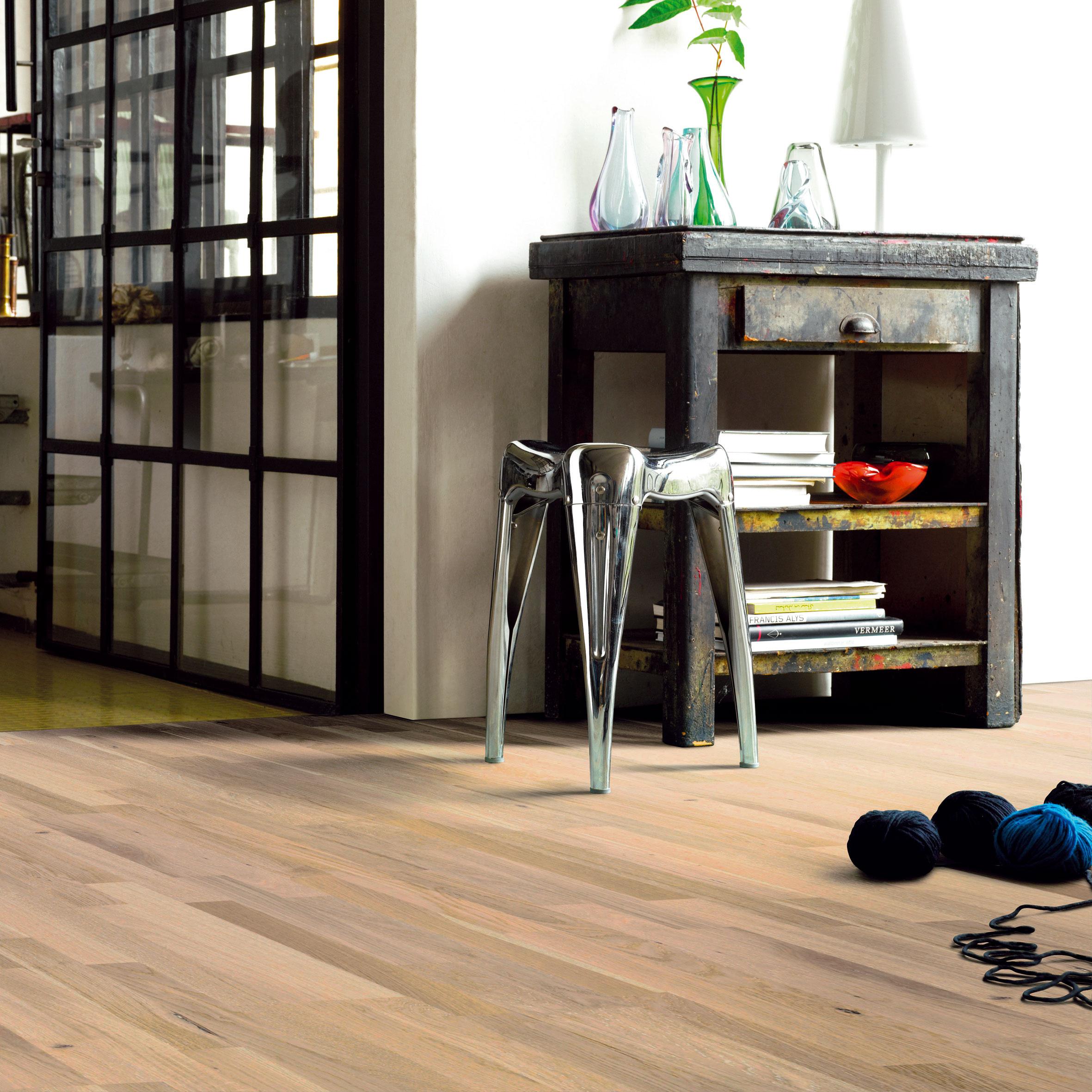Dilatačné škáry pri stenách majú byť pri laminátovej podlahe vmiestnosti srelatívne nízkou vlhkosťou do 50 % široké viac ako 3 až 5 mm avmiestnosti zvyššou relatívnou vlhkosťou viac než 5 až 8 mm. (foto: Parador, predáva Koratex)