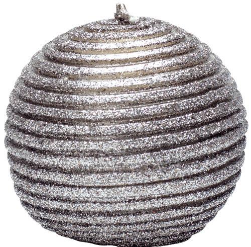Guľatá sviečka Warm grey sreliéfom, priemer 15 cm, 17,26 €, www.bellarose.sk