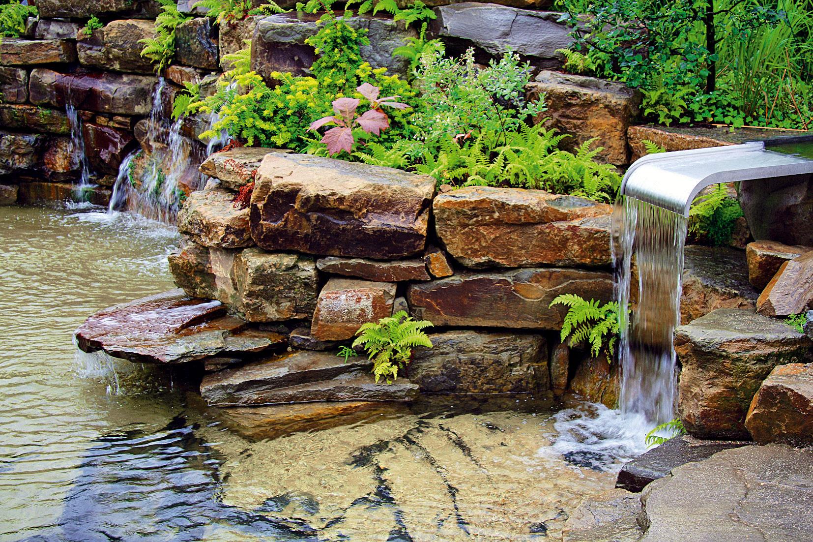 Jazero ozvláštňujú viaceré vodné prvky. Umelý vodopád ostro kontrastuje smodernejšie pôsobiacimi prítokmi vody, ktorých tu je hneď niekoľko.