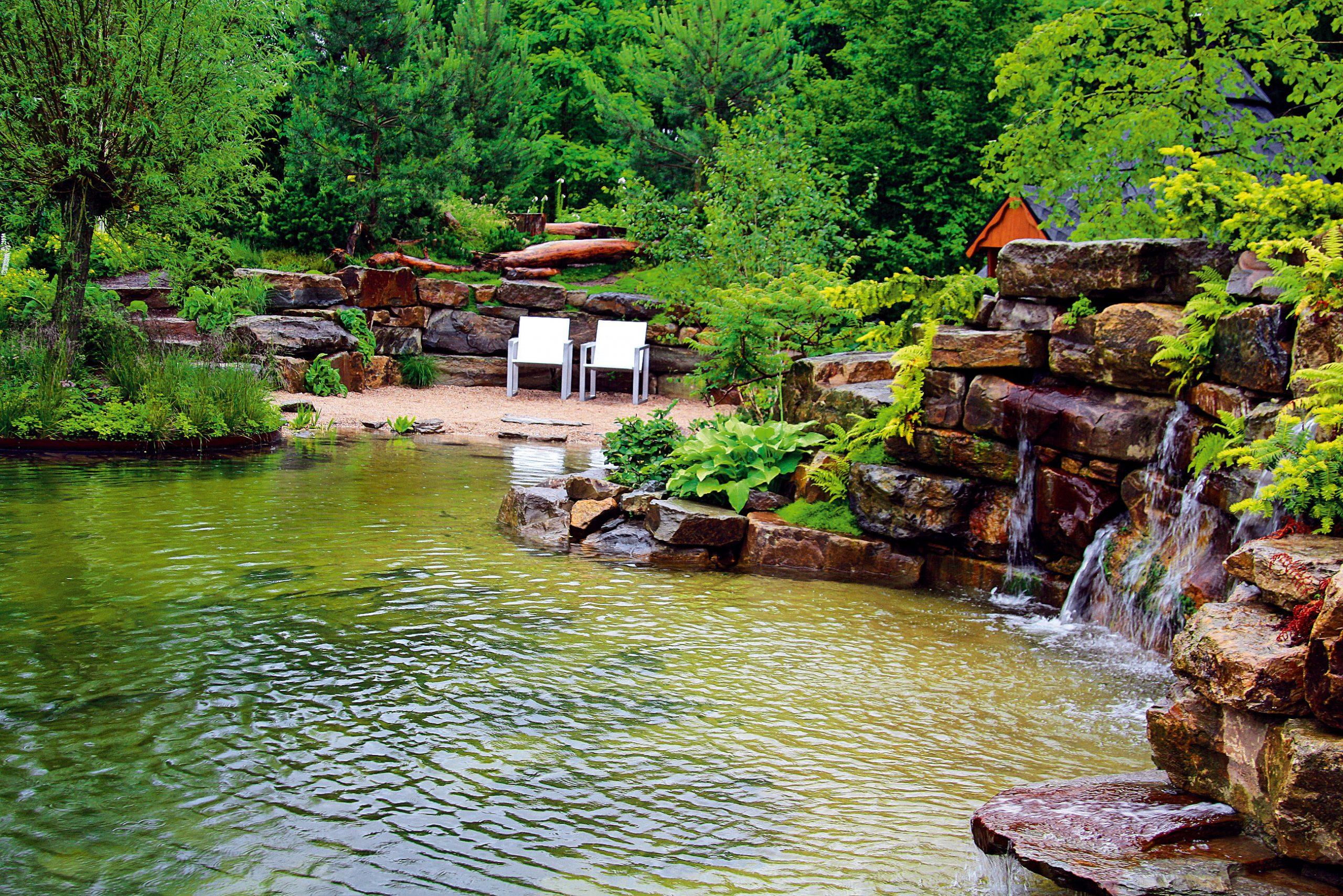Na brehu jazera nechýba priestor na oddych. Zo stoličiek môžete pozorovať hladinu vody apritom sa započúvať do zurkotu vodopádu.