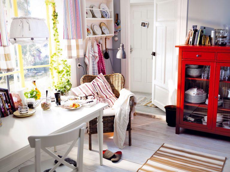 """1 MÔJ KÚTIK  Ak je váš kuchynský priestor veľkorysý, vytvorte si pri stole oddychový kútik. Jednu stoličku zameňte za pohodlné kreslo. Samozrejme, mäkučký vankúš či deka prehodená cez operadlo nesmú chýbať. Takýto """"peliešok"""" vám iste príde vhod, ak vám ho neobsadí niekto iný zrodiny či návšteva."""