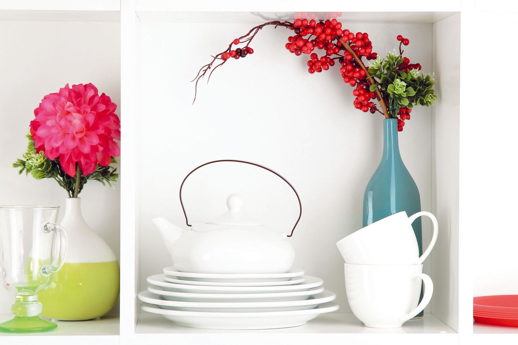 4 SVIEŽI VZHĽAD  Ten dodajú kuchyni otvorené biele police. Ak je na vás neutrálnej bielej priveľa, kde-tu vložte k riadom vázičky skvetinami či prírodnými aranžmánmi. Iným variantom je prilepiť na zadnú stenu políc tapetu alebo vložiť obrázok so zaujímavým motívom.