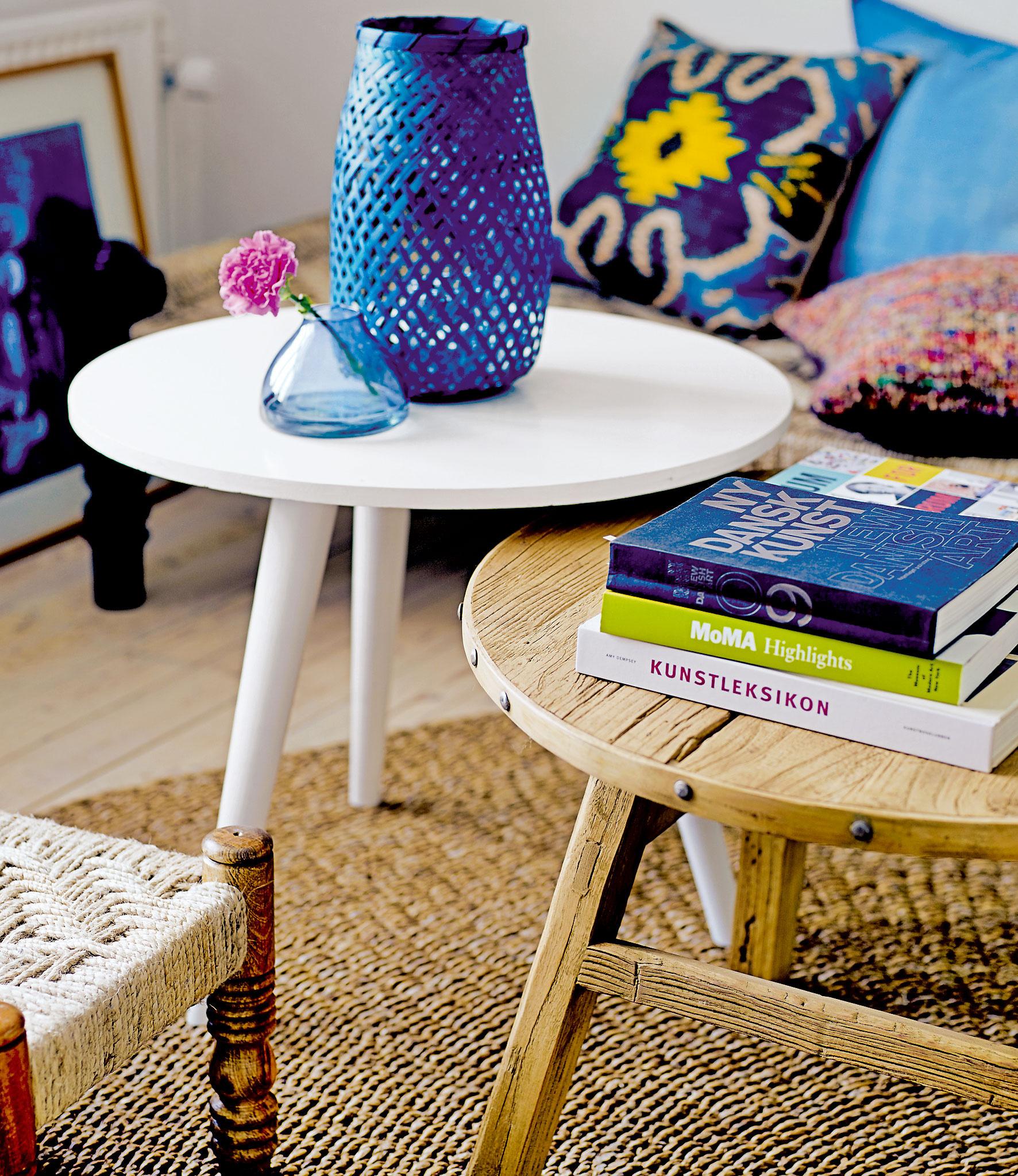 4 STOLČEK, PRESTRI SA! Vymeňte ozrutné amasívne konferenčné stolíky za niečo menšie, vzdušnejšie aaj staršie. Starým stolčekom ponechajte ich prirodzenú ošarpanosť. Že sú príliš malé? Vďaka ich veľkosti si do svojej obývačky pokojne zadovážte dva či tri, nižšie aj vyššie, ktoré budú spolu vdokonalej súhre.