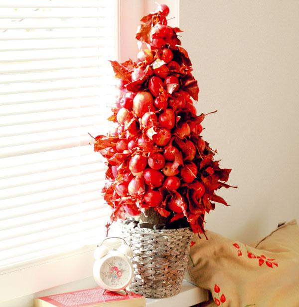 Červený  Ak sa rozhodnete pre červený stromček, ostatné dekorácie voľte vneutrálnejších farbách. Stromček vinteriéri vám zvýraznia, ale nedovolia mu zagresívnieť.