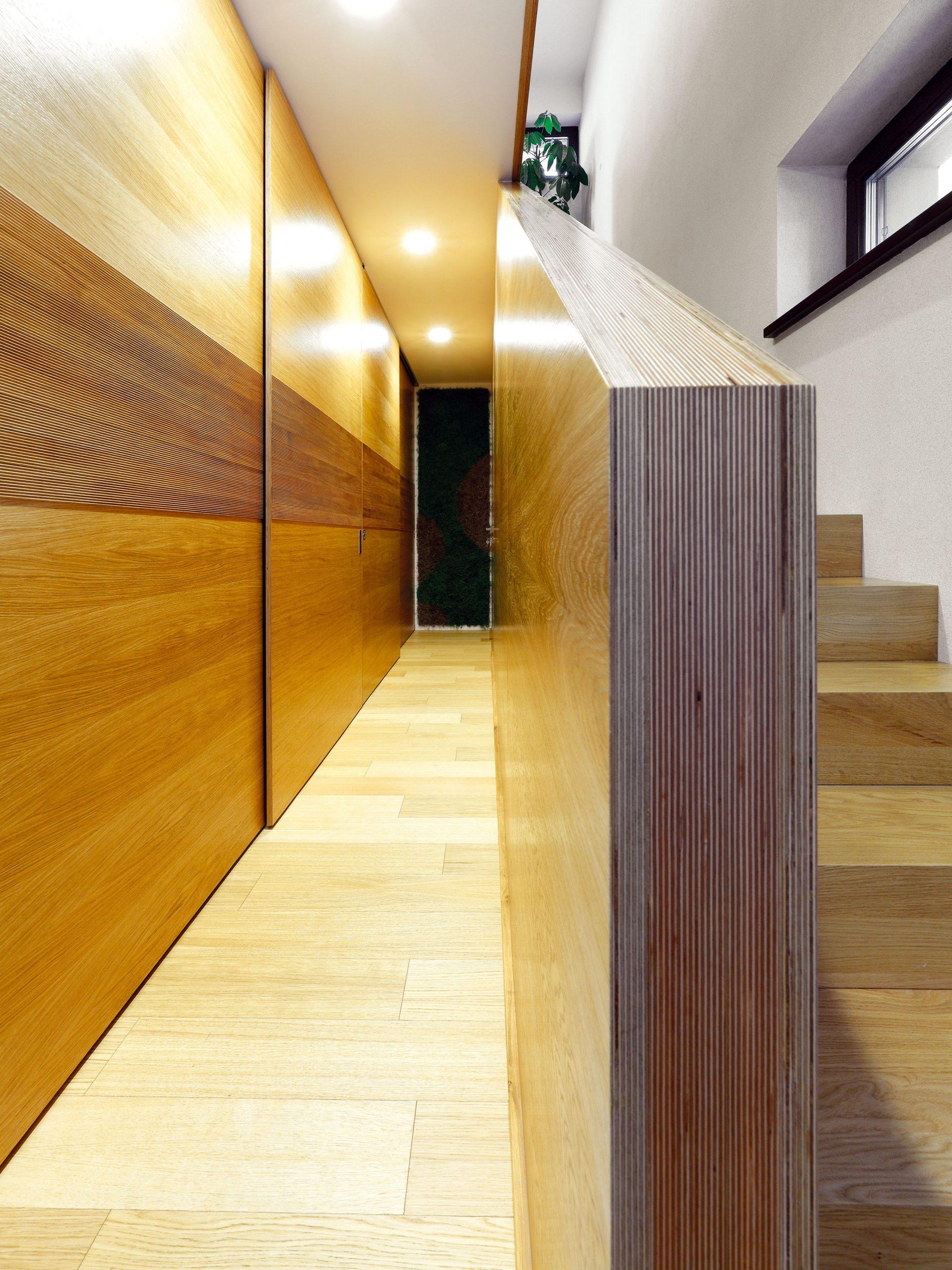 Takmer všetky miestnosti domu sú na prízemí, na poschodí je len pracovňa domáceho pána. Vystupuje sa do nej po drevenom schodisku, ktoré lemuje zaujímavá stena zvrstvenej preglejky – jediný kus tvorí zároveň zábradlie schodiska aj stenu chodby na poschodí.