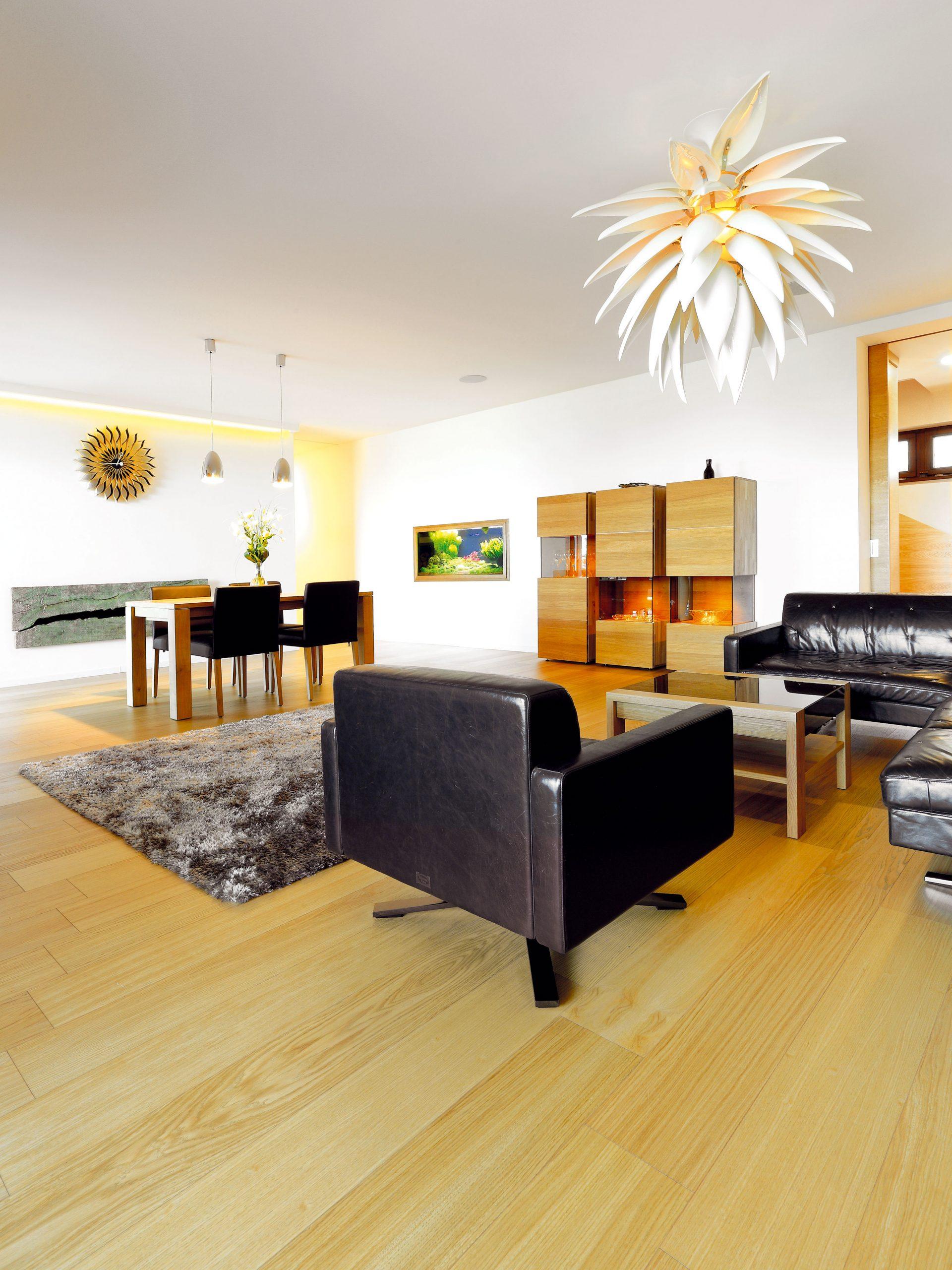 Niektoré kusy nábytku, ktoré mali vpredchádzajúcom bývaní, sa manželom veľmi páčili achceli si ich vziať aj do nového domu. Architekt Dzurilla teda pokračoval vinteriéri vrovnakom duchu – časť nábytku doplnil od rovnakého výrobcu, časť sa vyrábala na mieru tak, aby bolo všetko vrovnakom štýle. Celok potom doladili starostlivo vybrané doplnky.
