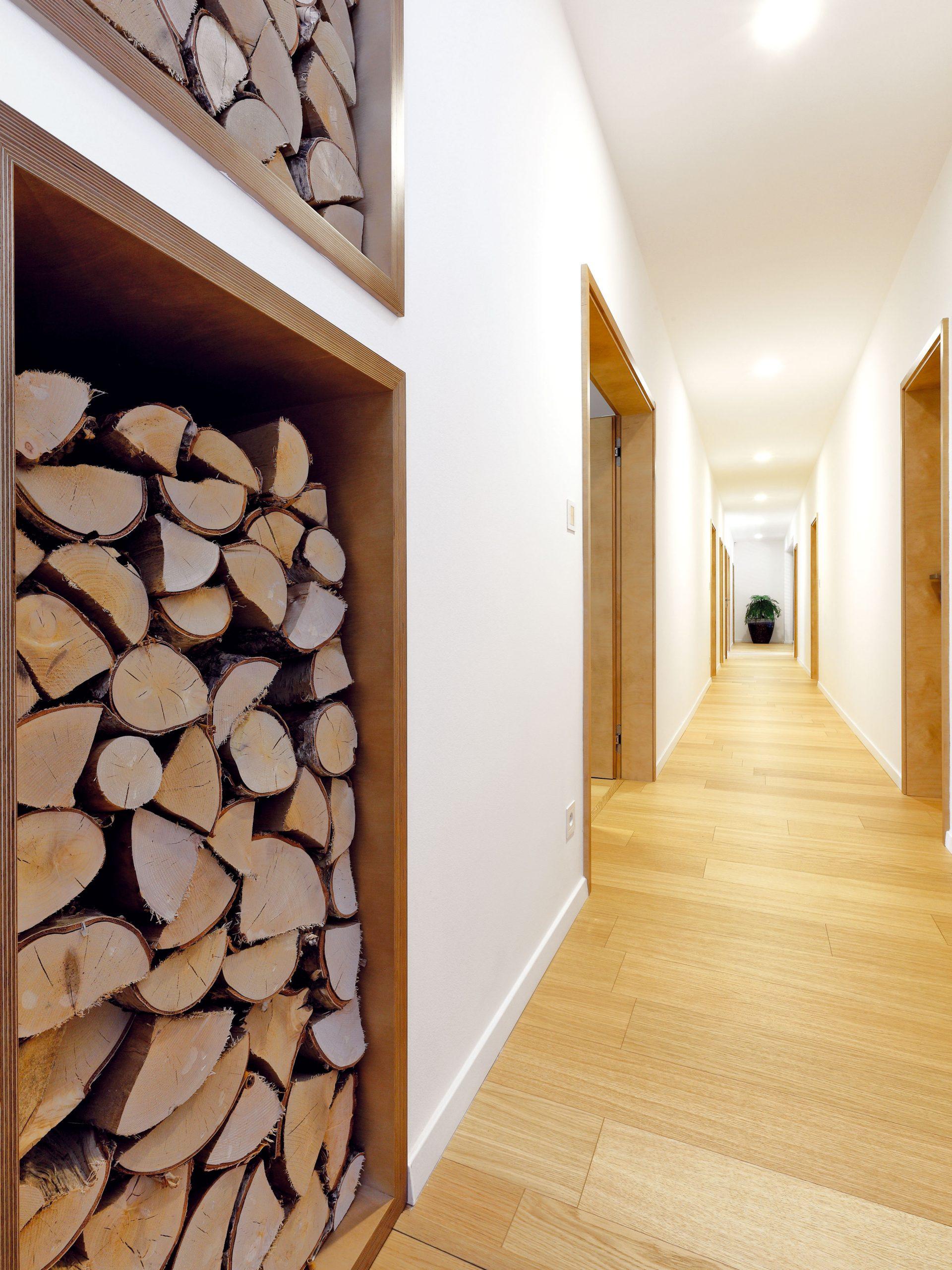 """Dlhá chodba je cenou za bungalov, vktorom sú izby radené vedľa seba tak, aby mala každá prístup na terasu. Vpláne je využiť chodbu ako galériu – domáci si už vybrali zaujímavé grafiky od slovenského výtvarníka Petra Kľúčika. """"Mám tento dlhý priestor rád ajeho využitie na galériu je ideálne,"""" hovorí architekt. """"Príjemné je aj veľké okno na konci, ktoré sem prináša svetlo aotvára výhľad na provensálsky kútik vzáhrade."""""""