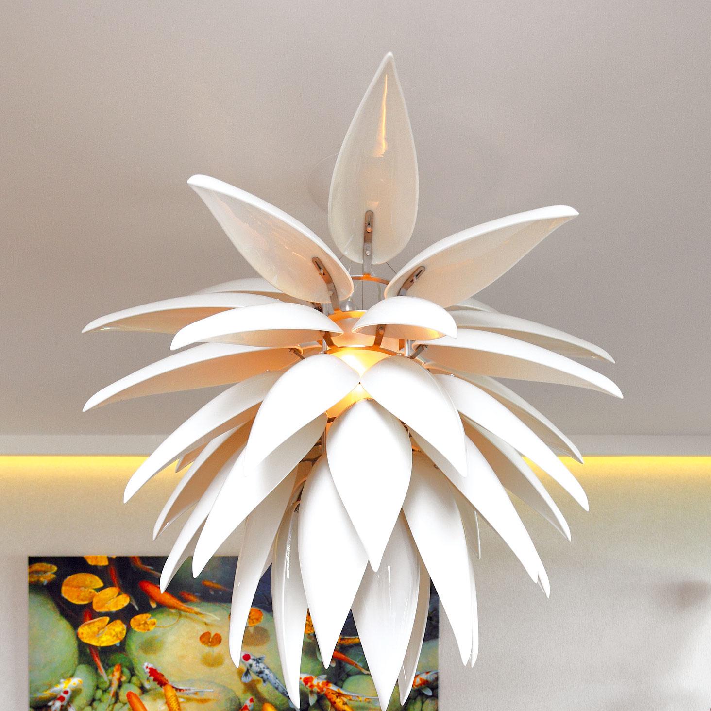 Pôsobivá lampa zo série Aloe Blossom je dielom amerického dizajnéra Jeremyho Colea. Jej lupene sú odliate zmateriálu, ktorý je jeho patentovanou zmesou keramiky aživice.