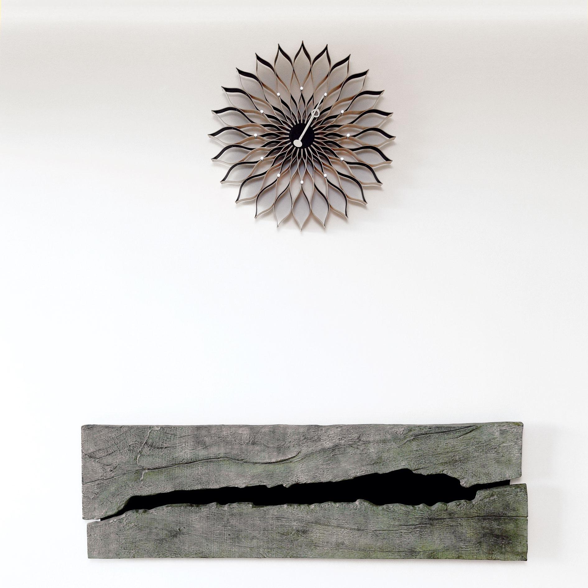 """""""Vďaka dyhe sa sem 'vitrácke' Sunflower Clock od Georga Nelsona perfektne hodia,"""" vysvetľuje architekt. """"Keď sme premýšľali ohodinách do obývačky, napadli mi ako prvé,"""" spomína na obdobie plánovania interiéru."""