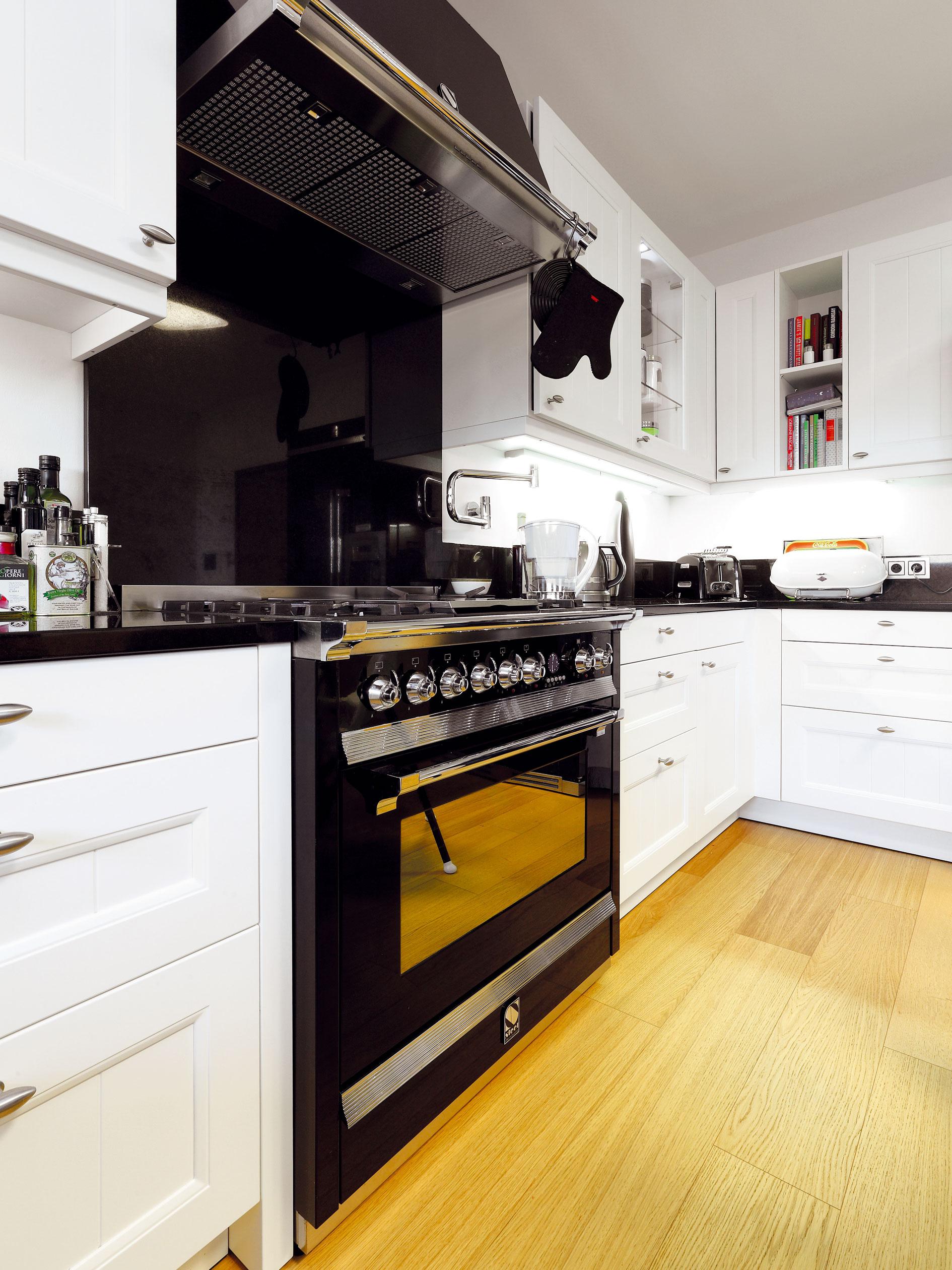 Rustikálne koncipovanej linke perfektne pristanú decentne tradičné spotrebiče Steel Cucina vkontrastnej čiernej farbe.