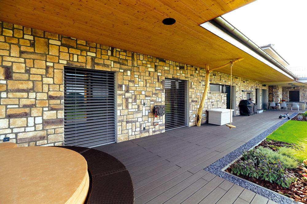Zkaždej izby sa cez veľké sklenené dvere dá vyjsť na juhozápadne orientovanú terasu ado záhrady.